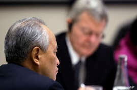 FILE - China's Ambassador to the U.S. Cui Tiankai (L) listens as U.S. Ambassador to China Max Baucus takes notes at a U.S.-China business roundtable in Seattle, Washington, Sept. 23, 2015.