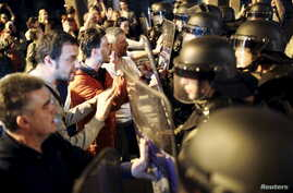 Protesters clash with policemen in front of ruling party VMRO headquarters in Skopje, Macedonia, April 12, 2016. President Gjorge Ivanov ordered a halt on Tuesday to all criminal inquiries into allegations of a vast government wiretap operation.