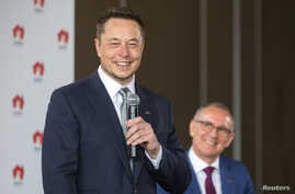 South Australian Premier Jay Weatherill, right, listens to Tesla Chief Executive Officer Elon Musk speak during an official ceremony in Adelaide, Australia, July 7, 2017. to announce that Tesla will install the world's largest grid-scale battery in t