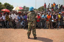 A United Nations peacekeeper watches over crowds that have assembled to greet Pope Francis in Bangui, Central African Republic on, November 29, 2015 (VOA/C. Stein).