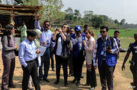 Yanghee Lee (C), the UN's Special Rapporteur on the situation of human rights in Myanmar, visits the Balu Khali Rohingya camp in Cox's Bazar, Feb. 21, 2017.
