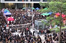 "Thousands of parents and children gathered outside government headquarters across Hong Kong, protesting the launch of a ""national education"" program in city schools, September 3, 2012. (Ivan Broadhead/VOA)"