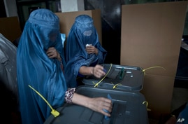 Afghan women cast their ballots at a polling station in Kabul, Afghanistan, April 5, 2014.