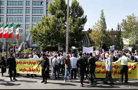 Several hundred Iranians stage a protest outside the health ministry in Tehran to denounce perceived government mismanagement of social security funds and a resulting loss of benefits for workers, July 16, 2018. (ILNA)