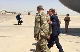 Secretary of Defense Ash Carter is greeted by General MacFarland in Baghdad, July 11, 2016. (C. Babb/VOA)