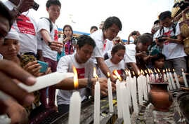 Journalists offer candles at Sule pagoda to mark the International Day to End Impunity for Crime against Journalists in Yangon, Myanmar, Nov 2, 2014.