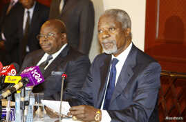 Former UN Secretary-General Kofi Annan (R) attends a news conference with former President of Tanzania Benjamin Mkapa in Nairobi, Kenya, October 11, 2012.