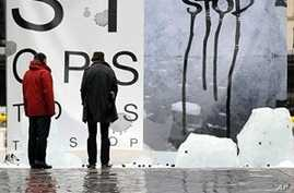 A creation by French artist Francois Barge 'Message de glace' (Ice Message), made of three 400 kg ice cubes, to denounce global warming on the eve of the December 7-18 UN climate conference in Copenhagen, 06 Dec 2009
