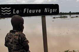 A Nigerien boy looking at the Niger River near Zinder (Aug 2010 file photo)