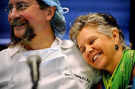 Donor Pamela Paulk, 55, of Baltimore, Md., embraces transplant surgeon Dr. Robert Montgomery after sharing her transplant story during a press conference at Johns Hopkins Hospital in Baltimore, Maryland, July 7, 2009 (file photo)