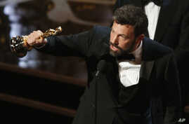 "Director and producer Ben Affleck accepts the Oscar for best picture for ""Argo"" at the 85th Academy Awards in Hollywood, California, February 24, 2013.      REUTERS/Mario Anzuoni (UNITED STATES  - Tags: ENTERTAINMENT)  (OSCARS-SHOW) - RTR3E97Q"