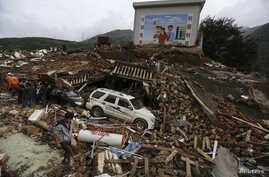 Rescuers and residents search for survivors among debris of collapsed buildings after an earthquake hit Longtoushan township of Ludian county, Yunnan province August 4, 2014. A magnitude 6.3 earthquake struck southwestern China on Sunday, killing at
