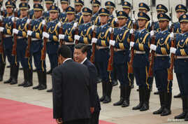 Chinese President Xi Jinping inspects an honor guard with Venezuelan President Nicolas Maduro (L) at a welcoming ceremony outside the Great Hall of the People in Beijing, Sept. 22, 2013.