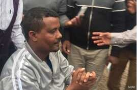 Supporters and journalists surround Kefyalew Tefera as he's wheeled away from Kaliti Prison, in a suburb of Addis Ababa, Ethiopia, June 15, 2018. (Photo courtesy of Name Seriomo)