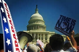 Pro-immigration rally in front of the U.S. Capitol in Washington, Apr 10, 2013. (K. Woodsome)