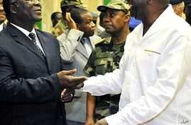 Ivorian President Laurent Gbagbo (R) speaks with Ivorian Defense minister Amani N'guessan (L) in Abidjan, 30 Nov 2009