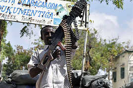 A Somali government soldier stands guard in the Tarbunka area of Mogadishu. Somalia's transitional government and a recently-armed Sufi group will sign an agreement in March to join hands in fighting extremism, 21 Feb 2010