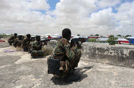 Members of Somali Armed Forces take their position during fighting between the military and police backed by intelligence forces in the Dayniile district of Mogadishu, Sept. 16, 2017.
