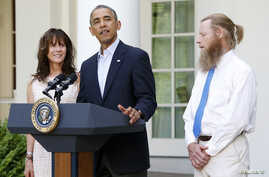 U.S. President Barack Obama stands with Bob Bergdahl (R) and Jami Bergdahl (L) as he delivers a statement about the release of their son, prisoner of war U.S. Army Sergeant Bowe Bergdahl, in the Rose Garden at the White House in Washington May 31, 20