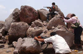 Armed Yemeni supporters of the separatist Southern Movement hold a position during clashes with Shi'ite Houthi rebels in the Mansura district of the southern Yemeni port city of Aden, April 4, 2015.