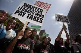 Kenyans protest decision by legislators to award each of themselves $110,000 bonus for having served five years in parliament, Nairobi, Oct. 9, 2012.