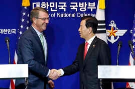 U.S. Defense Secretary Ash Carter (L) shakes hands with South Korean Defense Minister Han Min Koo during a joint news conference after the 47th Security Consultative Meeting (SCM) at the Defense Ministry in Seoul, South Korea, Nov. 2, 2015.