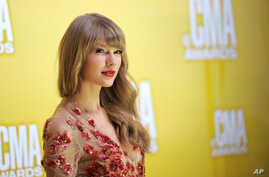 Taylor Swift arrives at the 46th Annual Country Music Awards at the Bridgestone Arena on Thursday, Nov. 1, 2012, in Nashville, Tenn.