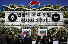 Victims families, South Korean military officers pay silent tribute on 2nd anniversary of North Korea's 2010 attack on Yeonpyeong island in Seoul, Nov 23, 2012.