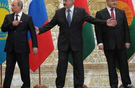 From left, Russian President Vladimir Putin,  Belarusian President Alexander Lukashenko and  Ukrainian President Petro Poroshenko stand before posing for a photo prior to talks in Minsk, Belarus, Tuesday, Aug. 26, 2014.