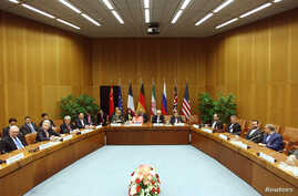 FILE - A general view of a meeting with European Union foreign policy chief Catherine Ashton (centre L) and Iranian Foreign Minister Mohammad Javad Zarif (centre R) in Vienna, April 9, 2014.