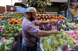 An Egyptian fruit seller works in a market in Cairo, June 15, 2016.