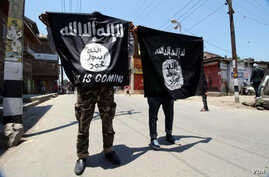 Young men carry Islamic State banners during an anti-government demonstration in Indian-administered Kashmir, June 27, 2015. (Credit: Tajamul Lone/VOA)