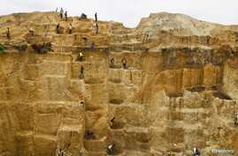Laborers work at a mine believed to contain gold, Minna, Niger State, Nigeria, June 23, 2013.