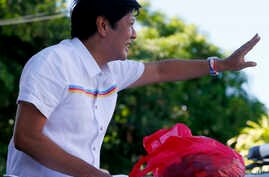 """Vice-presidential candidate Sen. Ferdinand """"Bongbong"""" Marcos Jr. waves to supporters during his campaign sortie in Muntinlupa city, southeast of Manila, Philippines, Feb. 22, 2016."""