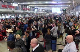 People crowd a terminal at Sydney's domestic airport as passengers are subjected to increased security, in Australia, July 31, 2017. Security remains heightened in airports around Australia with more intense screening of luggage after law enforcement