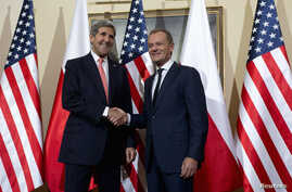 U.S. Secretary of State John Kerry (L) shakes hands as he meets with Polish Prime Minister Donald Tusk in Warsaw, Nov. 5, 2013.