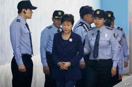 Former South Korean President Park Geun-hye, center, arrives at a court in Seoul, South Korea, May 23, 2017.