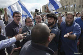 Israeli right-wing activists confront a security official near the Western Wall inside the old city of Jerusalem, Oct. 30, 2014.