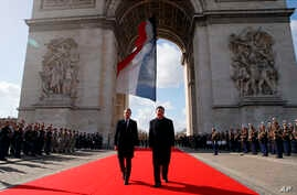 French President Emmanuel Macron, left, and his Chinese counterpart Xi Jinping attend a wreath laying ceremony at the Arc de Triomphe monument in Paris, March 25, 2019.