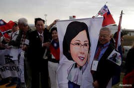 Members of the Taiwanese community in Paraguay hold up an image of Taiwan's President Tsai Ing-wen upon her arrival for the Aug. 15 ceremony at the Silvio Pettirossi International Airport in Luque, Paraguay, Aug. 14, 2018.
