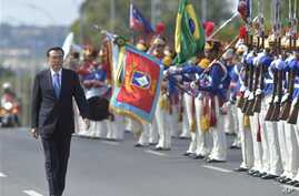 China's Premier Li Keqiang walks past honor guard as he arrives at the Planalto presidential palace, in Brasilia, Brazil, May 19, 2015.