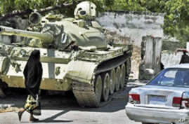 An AU peace keeping forces tank takes up a position near Mogadishu's State House as Pres. Sheikh Sharif Ahmed's Somali government commemorates the 1st anniversary under his rule (File)
