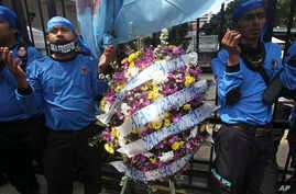 Members of Indonesian Workers Union (SPSI) pray outside the Ministry of Energy And Natural Resources in Jakarta, Indonesia during a solidarity rally for the victims of the collapsed mine at a Freeport mining area in Papua province, May 21, 2013.