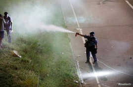 A police officer uses pepper spray as people gather on Interstate 94 to protest the fatal shooting of Philando Castile by Minneapolis area police during a traffic stop, in St. Paul, Minnesota, July 9, 2016.