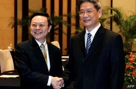 Taiwanese official Wang Yu-chi (L), who is in charge of the island's China policy, meets with his Chinese counterpart, Zhang Zhijun (R), from the Taiwan Affairs office at the Purple Mountain Guest House in Nanjing, Feb. 11, 2014.