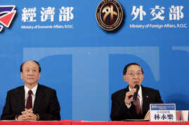 """Taiwan's Economic Affairs Minister Chang Chia-Juch (2nd L) and Foreign Minister David Lin (R) attend a news conference after Taiwan and Singapore signed """"The Agreement between Singapore and the Separate Customs Territory of Taiwan, Penghu, Kinmen and"""