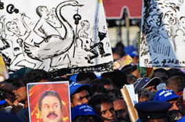 Rajapaksa supporters with anti-Fonseka placards at rally, 24 Jan 2010