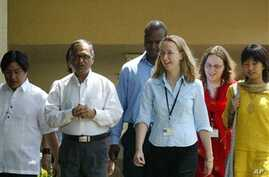 Infosys Technologies Ltd. Chairman N R Narayana Murthy, second left, interacts with foreign interns as part of the induction program at the Infosys campus in Bangalore, India, Thursday June 8, 2006. Infosys, India's second largest software exporter,