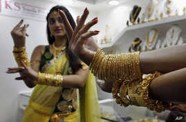 An Indian model displays gold jewelry during a Jewelry and Gem Fair in Hyderabad, India, (File photo).