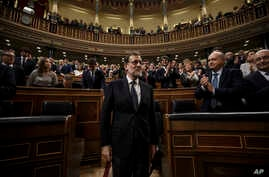 Newly re-elected Spanish Prime Minister Mariano Rajoy, center, is apauded by lawmakers after the second and final confidence vote of the investiture debate at the Spanish Parliament in Madrid, Oct. 29, 2016.